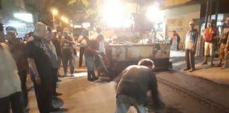 Foto: Walikota Medan Drs H T Dzulmi Eldin meninjau proses pengaspalan di Jalan Muchtar Basri, Kecamatan Medan Timur, Kamis (26/10) malam.