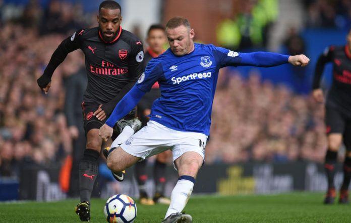 Foto: Striker Everton, Wayne Rooney, melepaskan tendangan yang kemudian menghasilkan gol bagi timnya saat melawan Arsenal, Minggu (22/10). (AFP PHOTO/Oli Scarf)