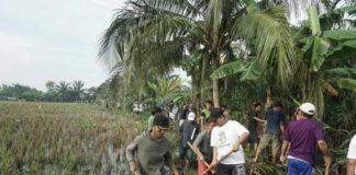 Foto: Warga Kecamatan Medan Labuhan bergotong-royong membersihkan Parit Siluang di Kelurahan Besar, Minggu (15/10).