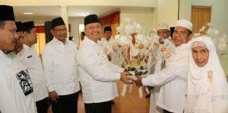 Foto: Walikota Medan Drs H T Dzulmi Eldin S MSi dan Wakil Walikota Medan Ir H Akhyar Nasution MSi menyambut kepulangan jamaah haji asal Kota Medan tahun 2017 (1438 H) dengan menggelar acara sederhana di Asrama Haji Medan, Kamis (12/10).