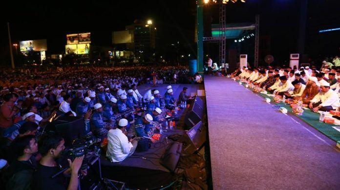 Foto: Menag Lukman Hakim Saifuddin bersama ribuan umat Islam hadiri Puncak Hari Santri Nasional 2017 di Semarang.
