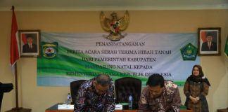 Foto: Sekjen Kemenag Nur Syam dan Bupati Mandailing Natal Dahlan Hasan Nasution tandatangani serah terima hibah tanah.
