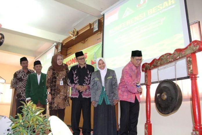 Foto: Menag Lukman didampingi Ketum IPPNU pukul gong buka Konferensi Besar IPPNU di Yogyakarta.