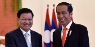 Foto: Presiden Jokowi bersalaman dengan PM Thongloun Sisoulith, di Istana Kepresidenan Bogor, Jawa Barat, Kamis (12/10).