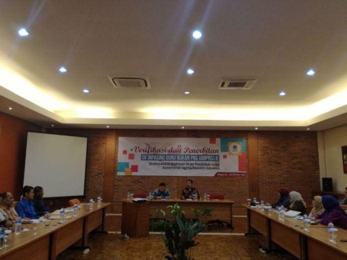 Foto: Suasana acara Verifikasi dan Penerbitan SK Inpassing Guru Bukan PNS di Bogor, Rabu (11/10).