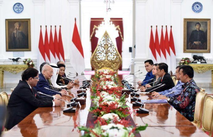 Foto: Presiden Jokowi didampingi Wakil Presiden Jusuf Kalla menerima delegasi OCA yang dipimpin Syekh Ahmad Al Fahad Al Sabah, di Istana Merdeka, Jakarta, Senin (16/10)