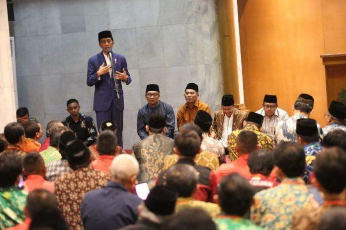 Foto: Presiden Jokowi saat bersilaturahmi dengan Keluarga Besar Jamiyyah Persatuan Islam (Persis), di Bandung, Jawa Barat, Selasa (17/10) malam