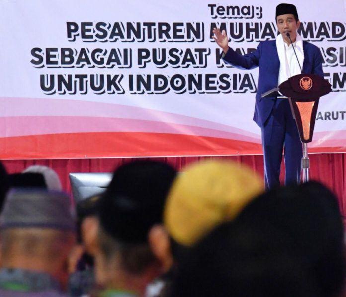 Foto: Presiden Joko Widodo saat menghadiri Rapat Koordinasi Nasional Pondok Pesantren Muhammadiyah di Pondok Pesantren Darul Arqam Muhammadiyah, Kabupaten Garut, Provinsi Jawa Barat, Selasa (17/10).