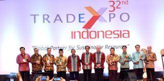 Foto: Presiden Jokowi berfoto bersama para menteri dan penerima penghargaan pada pembukaan Trade Expo Indonesia ke-32, di BSD City, Tangsel, Banten, Rabu (11/10)