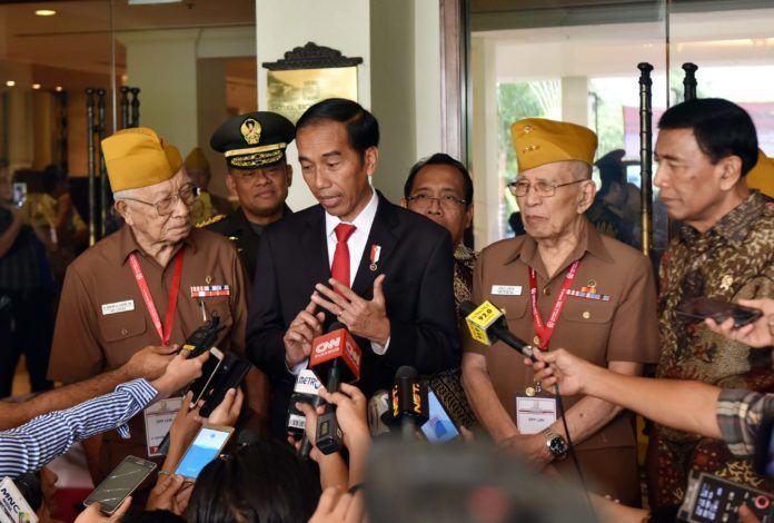 Foto: Presiden Jokowi menjawab pertanyaan wartawan usai menghadiri Penutupan Kongres XI LVRI Tahun 2017 di Hotel Borobudur, Jakarta, Kamis (19/10)