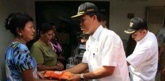 Foto: Pemko Medan menyerahkan bantuan kepada para korban kebakaran di Jalan Taruma/Jalan Air Langga Dalam Lingkungan I, Kelurahan Petisah Tengah, Kecamatan Medan Petisah, Rabu (4/10).