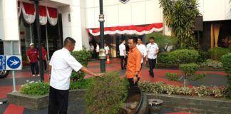 Foto: Kantor Kementerian Dalam Negeri (Kemendagri) di Jalan Medan Merdeka Utara, Jakarta Pusat, diserang belasan orang. Mereka mengklaim pendukung calon Bupati Tolikara John Tabo dan Barnabas Weya.