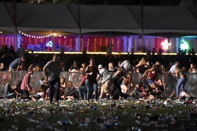 Kerumunan orang panik usai terjadi penembakan di sebuah konser di Las Vegas, AS, 1 Oktober 2017. (Foto: AFP/DAVID BECKER)