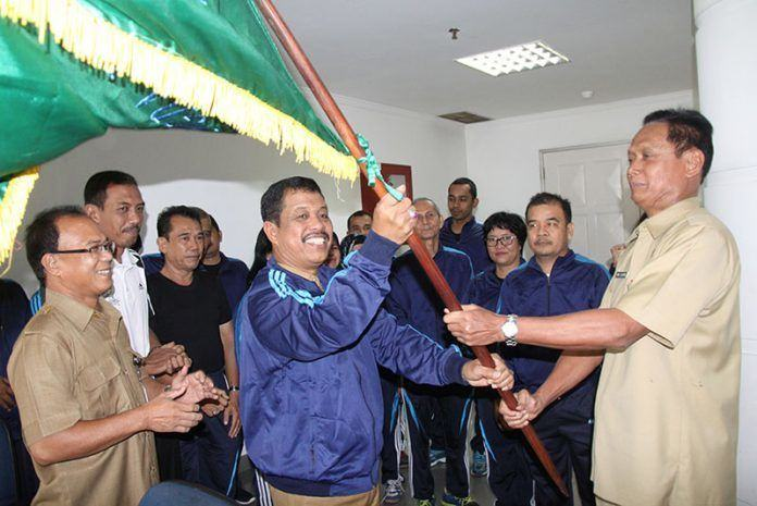 Foto: Sekdaprovsu Ibnu S Hutomo melepas 23 kontingen untuk berlaga di Pekan Olahraga Nasional Korpri (Pornas Korpri) XVI tahun di daerah Istimewa Yogyakarta, di lantai 8 kantor Gubernur Jalan Diponegoro Medan, Senin (30/10).