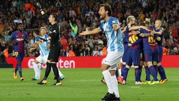Pemain-pemain Malaga melakukan protes kepada wasit atas gol pertama Barcelona yang dicetak Gerard Deulofeu. (REUTERS/Albert Gea)