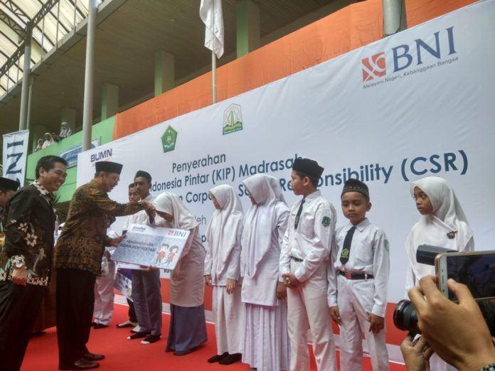 Foto: Menag Lukman Hakim Saifuddin saat penyerahan secara simbolis KIP Madrasah untuk Provinsi Aceh, Selasa (10/10).