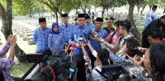 Foto: Menteri Dalam Negeri (Mendagri), Tjahjo Kumolo memberi keterangan usai melakukan tabur bunga di Makam Pahlawan Kalibata, Senin (2/10).