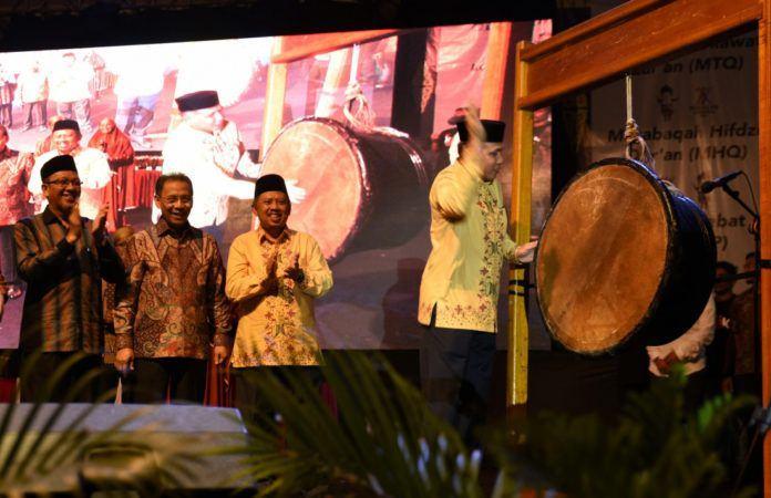 Foto: Wakil Gubernur Provinsi Aceh, Nova Iriansyah memukul tetabuhan tanda gelaran PENTAS PAI ditutup secara resmi.