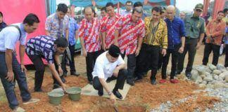 Foto: Walikota Medan Drs H T Dzulmi Eldin S M.Si meletakkan batu pertama pembangunan Pasar Modern Armani, di Komplek Perumahan Griya Martubung, Jumat (6/10).