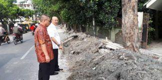 Foto: Wali Kota Medan Drs H T Dzulmi Eldin S MSi saat meninjau Jalan Sei Belutu, Kelurahan PB Selayang II, Kecamatan Medan Selayang, Jumat (20/10)