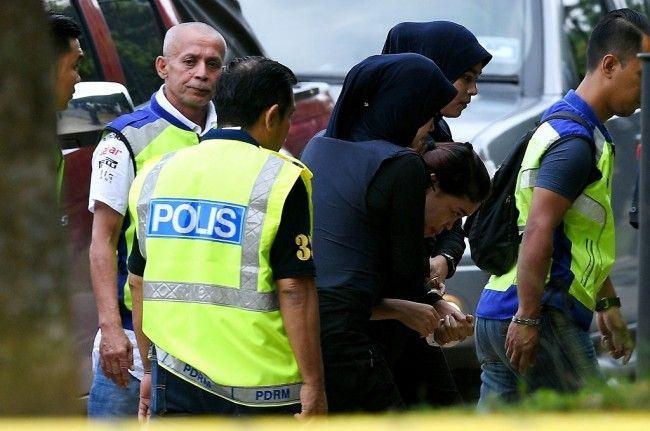 Siti Aisyah (tengah) dikawal petugas menuju pengadilan di Sepang, Malaysia, 30 Mei 2017. (Foto: AFP/MANAN VATSYAYANA)