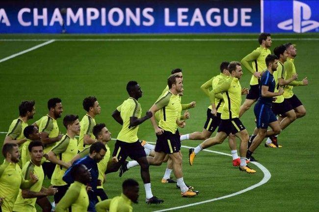 Skuat Tottenham Hotspur berlatih jelang melawan Real Madrid. (Foto: AFP/Pierre-Philippe Marcou)