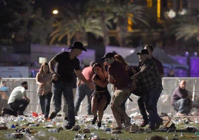 Warga menyelamatkan diri usai terjadi penembakan di sebuah konser musik di Las Vegas, Amerika Serikat (AS) (Foto: AFP).