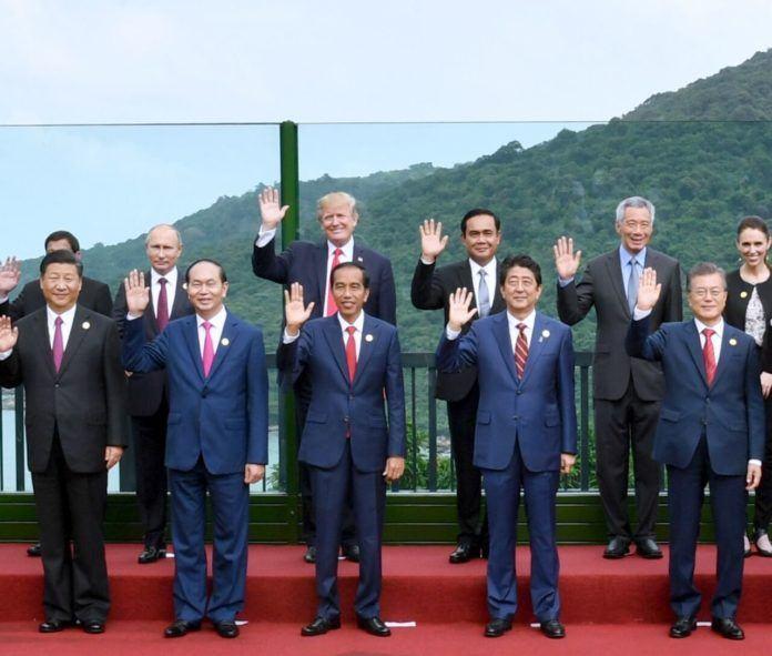 Foto: Presiden Jokowi bersama seluruh pemimpin APEC berfoto bersama sebelum pertemuan di Da Nang, Vietnam, Sabtu (11/11).
