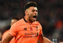 Gelandang Liverpool, Alex Oxlade-Chamberlain melakukan selebrasi usai mencetak gol ke gawang West Ham pada lanjutan pekan ke-11 Premier League di Olympic Stadium, London, Sabtu (4/11). Liverpool menang telak 4-1 atas West Ham. (AFP Photo/Ben Stansall)