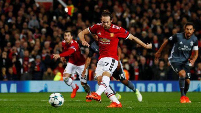 Tembakan penalti Daley Blind menutup kemenangan Manchester United 2-0 atas Benfica. (Reuters/Jason Cairnduff)