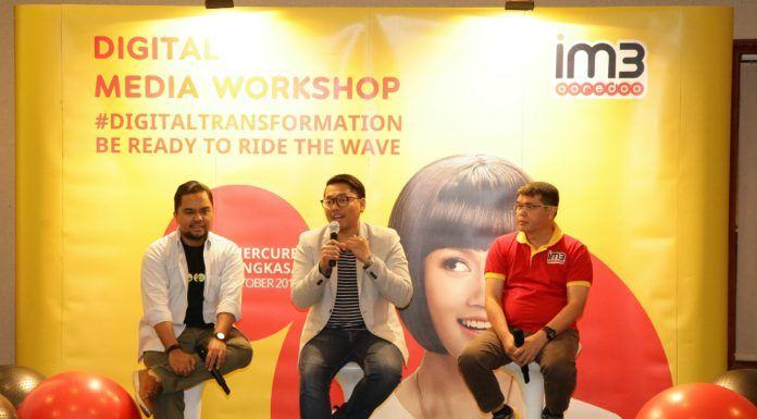 "Foto: Head of Region Sumatera Indosat Ooredoo, Swandi Tjia (kanan) didampingi Head of Dept. Non-Dig. Media, PR & Internal Comm. at Indosat Ooredoo, Romano Bhaktinegara dan Enda Nasution-Founder Sebangsa, Direktur Eksekutif 1000 Startup dalam dalam seminar #DigitalTransformation dengan tema ""Be Ready To Ride The Wave"" di Medan, baru-baru ini."