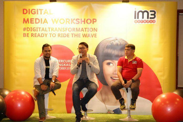 Foto: Head of Region Sumatera Indosat Ooredoo, Swandi Tjia (kanan) didampingi Head of Dept. Non-Dig. Media, PR & Internal Comm. at Indosat Ooredoo, Romano Bhaktinegara dan Enda Nasution-Founder Sebangsa, Direktur Eksekutif 1000 Startup dalam dalam seminar #DigitalTransformation dengan tema