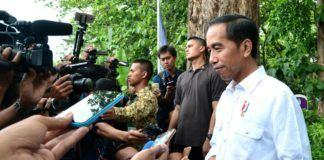 Foto: Presiden Jokowi menjawab wartawan usai menyerahkan SK IPHPS dan SK Kulin KK kepada 1.662 KK, di di Desa Dungus, Kabupaten Madiun, Provinsi Jawa Timur, Senin (6/11)