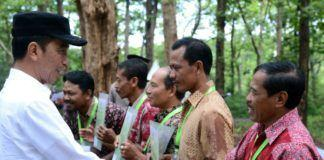 Foto: Presiden Jokowi menyerahkan SK IPHPS dan SK Kulin KK kepada 1.662 KK, di di Desa Dungus, Kabupaten Madiun, Provinsi Jawa Timur, Senin (6/11).