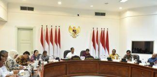 Foto: Presiden Jokowi didampingi Wapres Jusuf Kalla memimpin rapat terbatas, di Kantor Presiden, Jakarta, Jumat (3/11) sore.