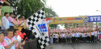 Foto: Walikota Medan Drs H T Dzulmi Eldin S Msi bersama Anggota DPR RI Sofyan Tan melepas peserta jalan sehat di seputaran Lapangan Merdeka Medan, Minggu (05/11). Jalan sehat yang digelar Lion Club pada Car Free Day ini diikuti sekitar seribu peserta.