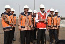 Foto: Presiden Jokowi menjawab pertanyaan wartawan usai meresmikan Jalan Tol Becakayu Seksi 1B dan 1C: Cipinang Melayu-Jakasampurna, di Bekasi, Jawa Barat, Jumat (3/11).