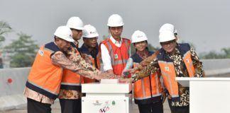 Foto: Presiden Jokowi didampingi sejumlah menteri, Gubernur DKI, dan Wagub Jabar, meresmikan beroperasinya Jalan Tol Becakayu Seksi 1B dan 1C, Jumat (3/11)