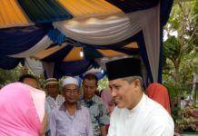 Drs Haji Darwis M,Si saat menerima Tamu dikediamannya Desa Pulau sejuk Kecamatan Lima puluh Kabupaten batubara.