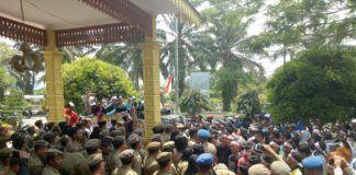 Ribuan Masa IPMBB mendesak agar Pjs Bupati Batubara agar segerah membangun jalan yang rusak didesa Sei Mentaram.