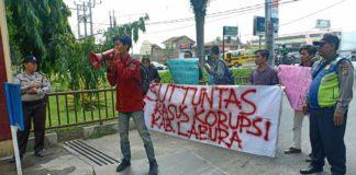 Mahasiswa Demo Bupati