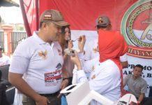 Walikota Banjar Suapi Kue Ulang Tahun kepada Kapolres