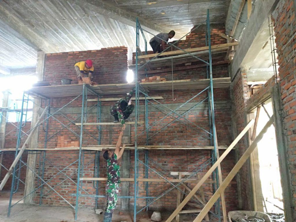 Pembangunan Masjid Al-Muhajirin, Satgas Yonif RK 136/TS Bantu Masyarakat