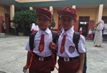 Hari Pertama Sekolah Banjar, Orangtua Antarkan Anak Sampai Gerbang