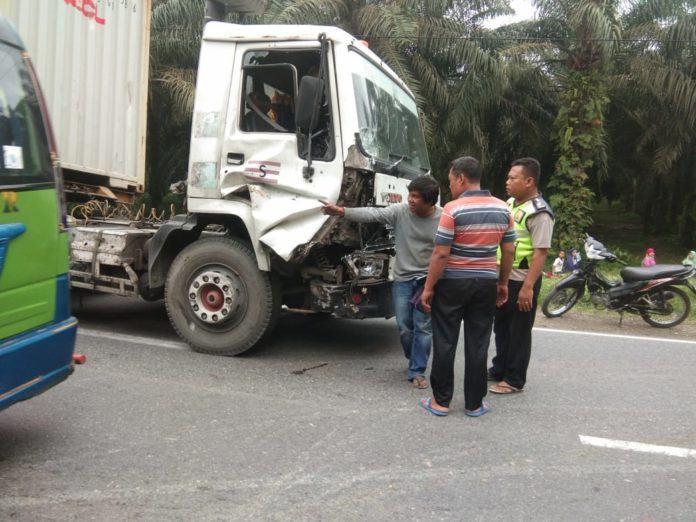 Kecelakaan di Aek Nabara, Istri Supir Pickup Tak Sadarkan Diri