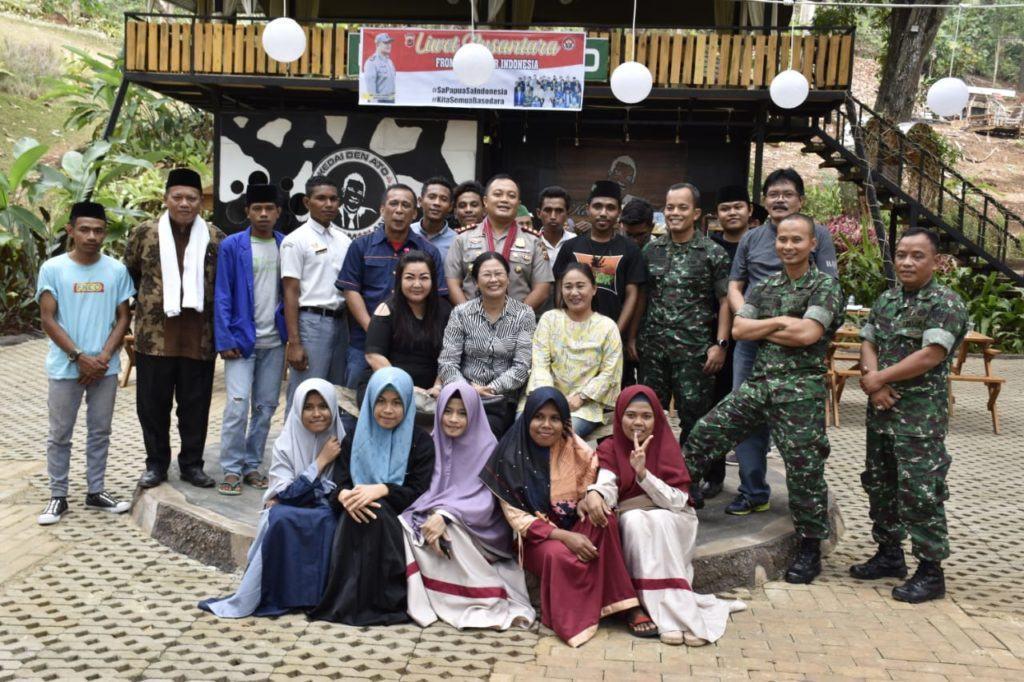 Warga Indonesia Bagian Timur, Berikan Selendang ke Kapolres Banjar