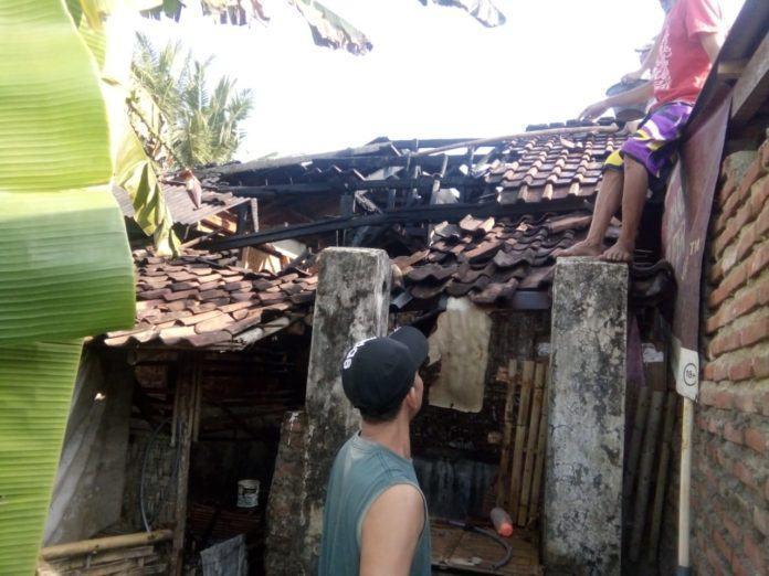 Rumah Terbakar Pamarican, Masyarakat Bergotong Royong Padamkan Api