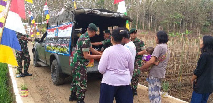 Jumat Berkah, Istri Prajurit TNI Masak untuk Dibagikan ke Warga