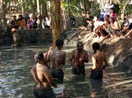 Memeriahkan HUT RI ke-74, Masyarakat Adakan Lomba Panjat Pohon Pisang