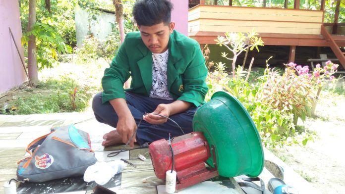 Multitalenta, KKN 32 Siap Perbaiki Barang Elektronik Warga Manyang